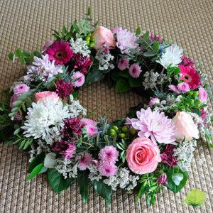 Corona floral en blanco, rosa y fucsia
