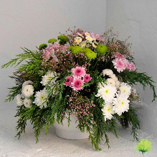 Composición floral redonda en color blanco, rosa y fucsia