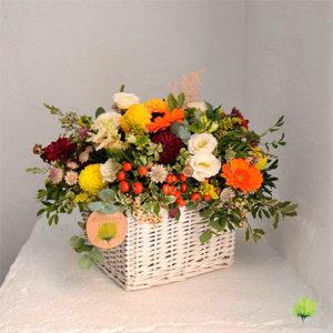 composicin floral con mimbre - Composiciones Florales