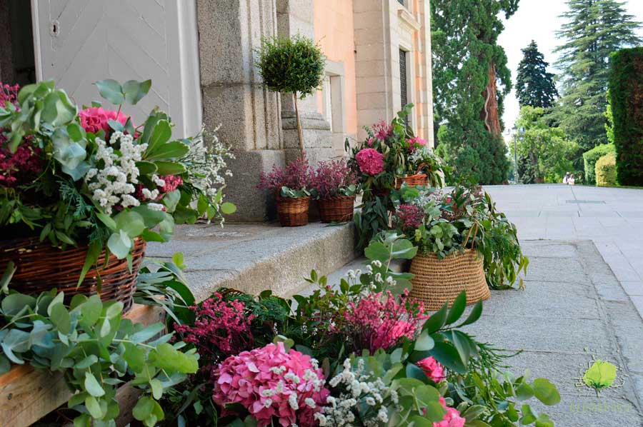 Portada de Iglesia Decorada con Flores por Blumenaria